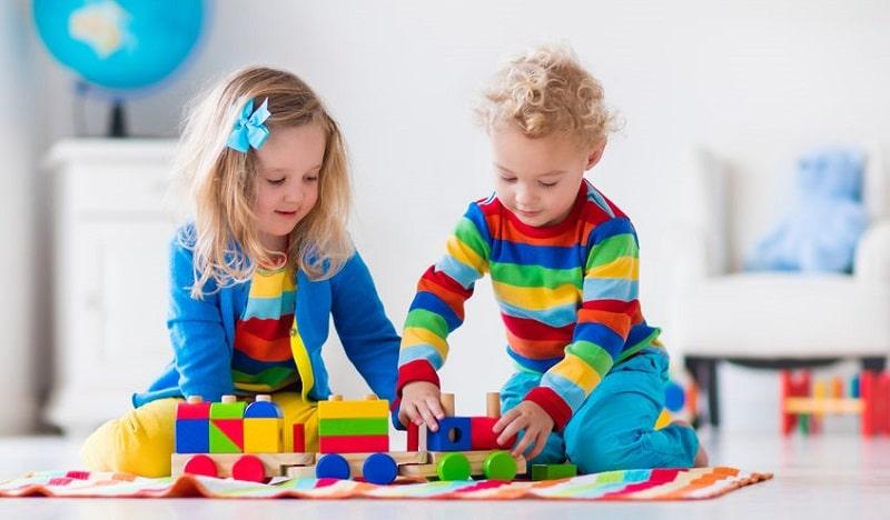 nenes jugando con madera