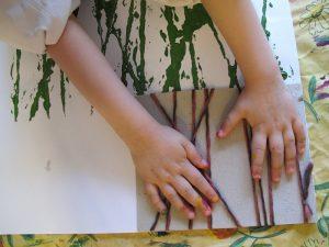 pollito carton manos