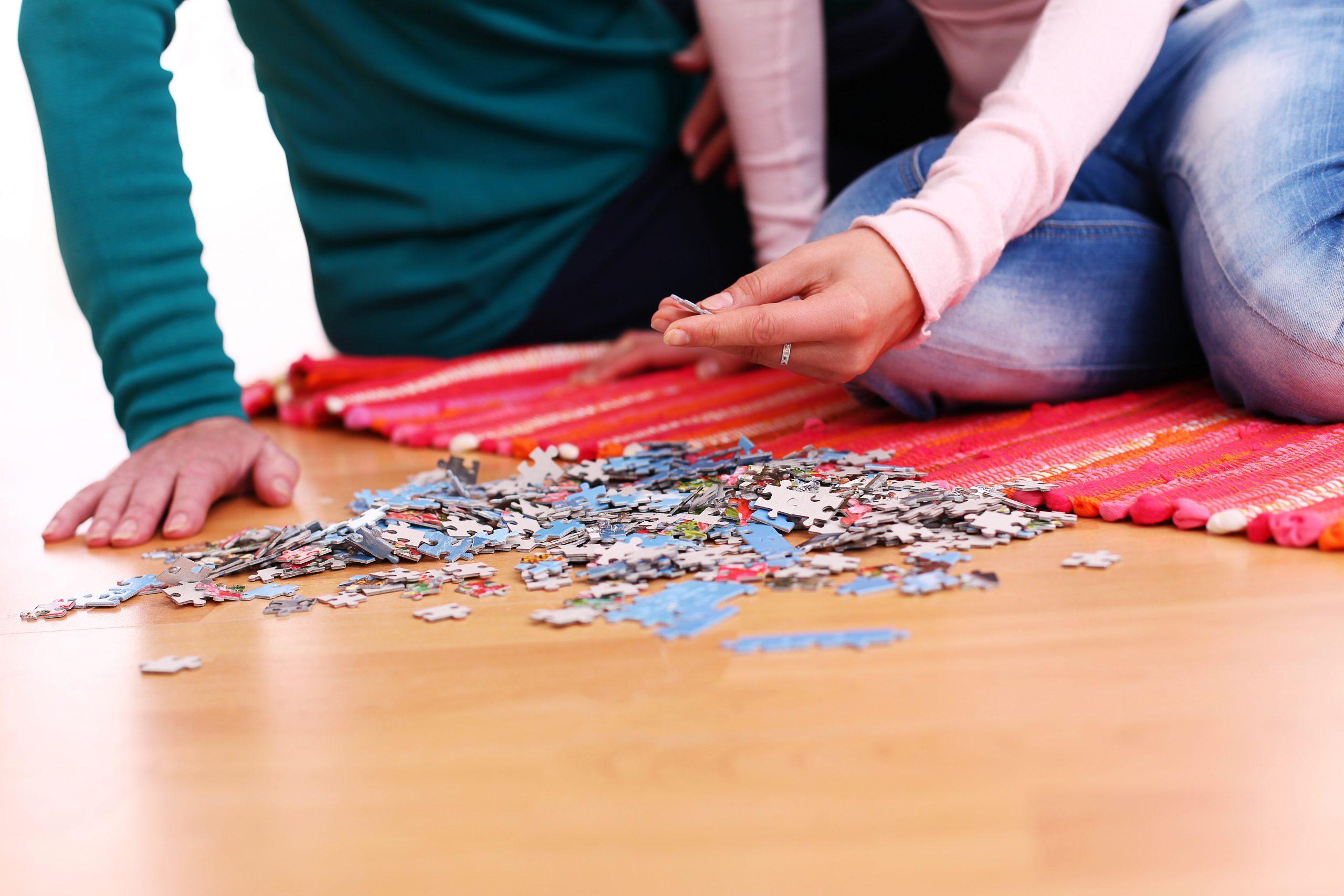 hacer puzzles en familia