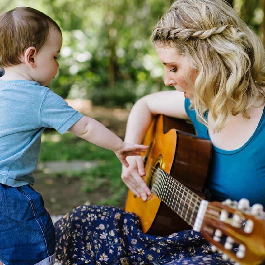 Madre e hijo tocando la guitarra
