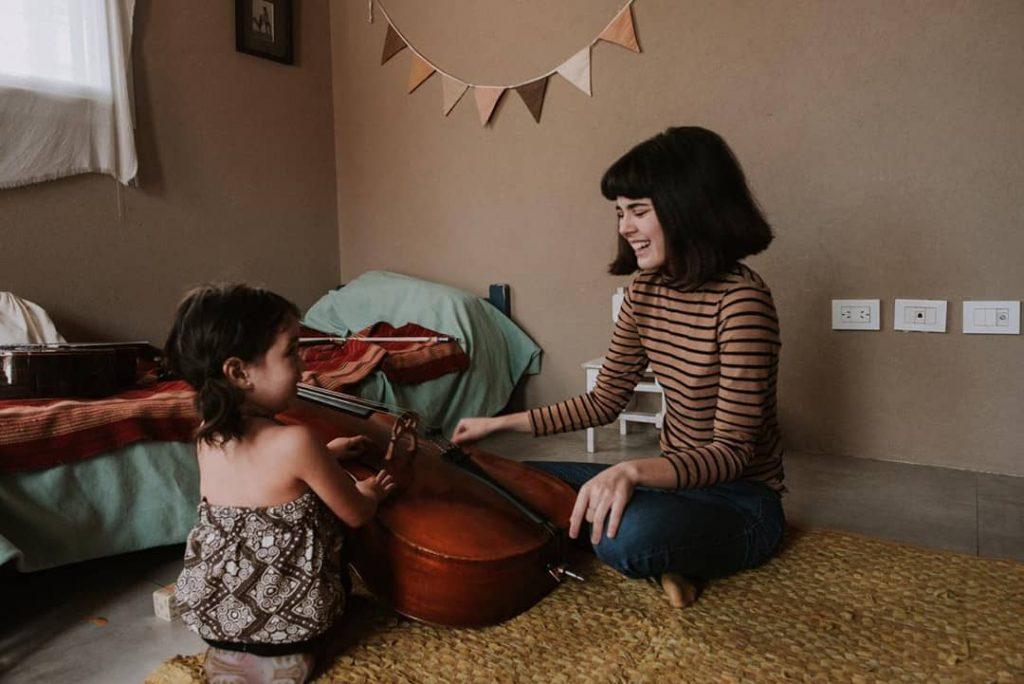 Madre e hija tocando el chelo