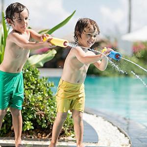 jugar con pistolas de agua
