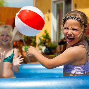 pelota en la piscina
